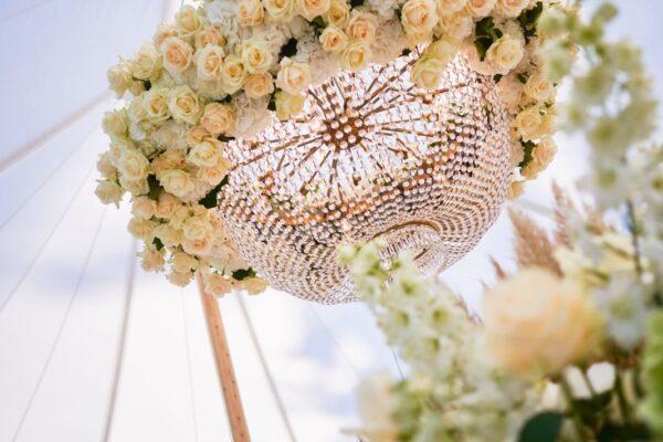 Kroonluchter Met Verse Bloemen Wedding 1 600x400
